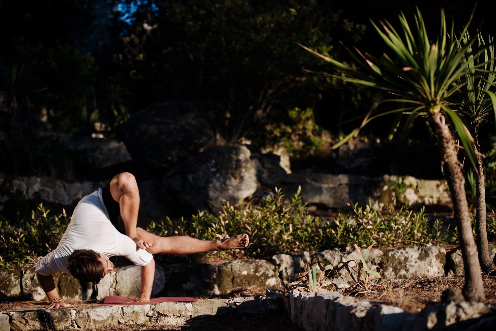Florian Doose von YOGA-MA bei einem Asana. YOGA-MA – Yoga-Studio in Stuttgart