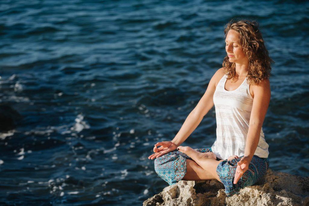 Yoga-Meditation auf einem Felsen. Yoga-Ferien in Kroatien 2018 | YOGA-MA – Dein Yoga-Studio in Stuttgart