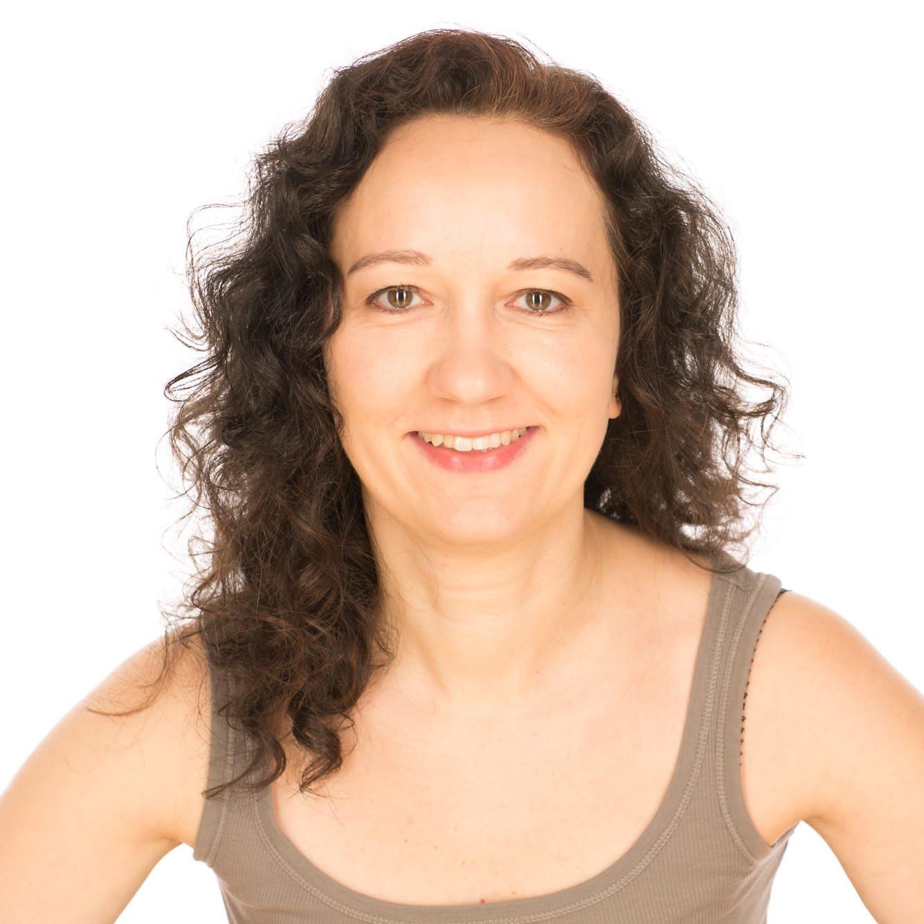 Irmgard Stein ist ausgebildete Yogalehrerin und unterrichtet u.a. Anusara Yoga Spiraldynamik® bei YOGA-MA in Stuttgart